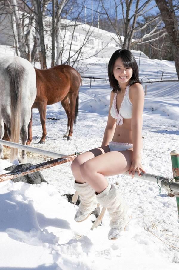 小池里奈が雪国で笑顔の白ビキニ水着画像
