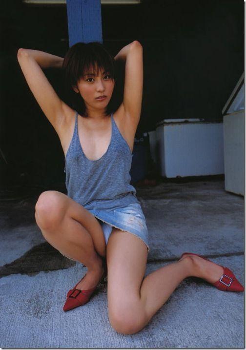 ヘアヌード写真集とAVオファー噂の熊切あさ美の手ブラセミヌード画像
