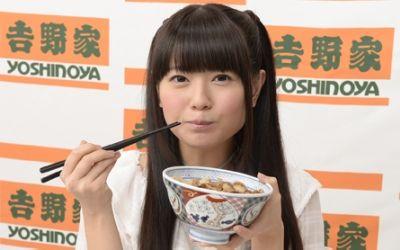 声優竹達彩奈がミニスカート制服を着て生足、太もも画像