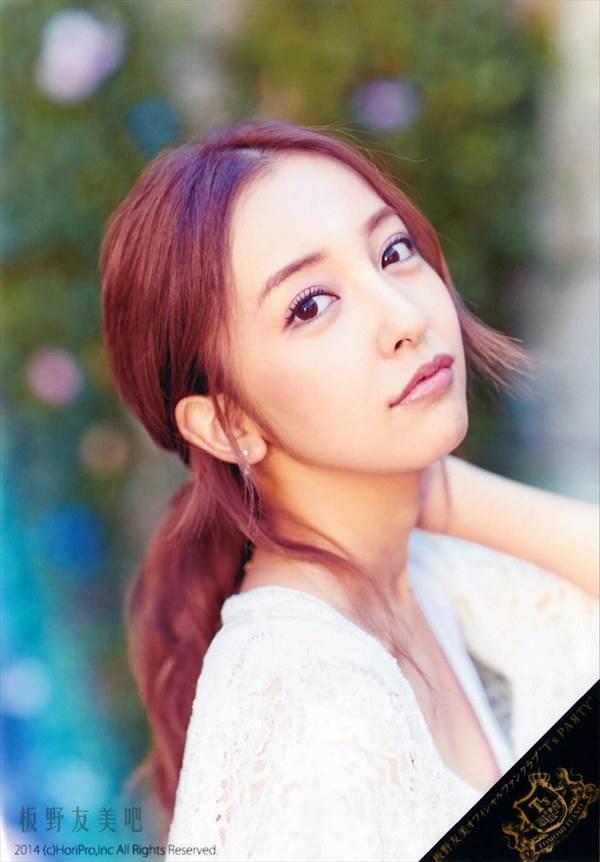 MILK CAFEにビキニ水着で登場のAKB48板野友美グラビア画像