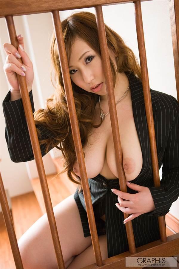 巨乳AV女優佐山愛の自分で揉んでいるおっぱい、乳首エロ画像