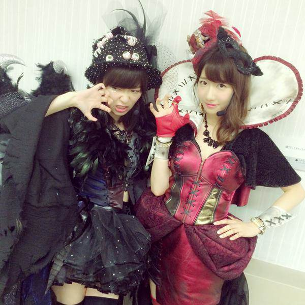 AKB48柏木由紀が新曲「ハロウィン・ナイト」のミニスカ網タイツ衣装を着て指原莉乃と2ショット写真画像