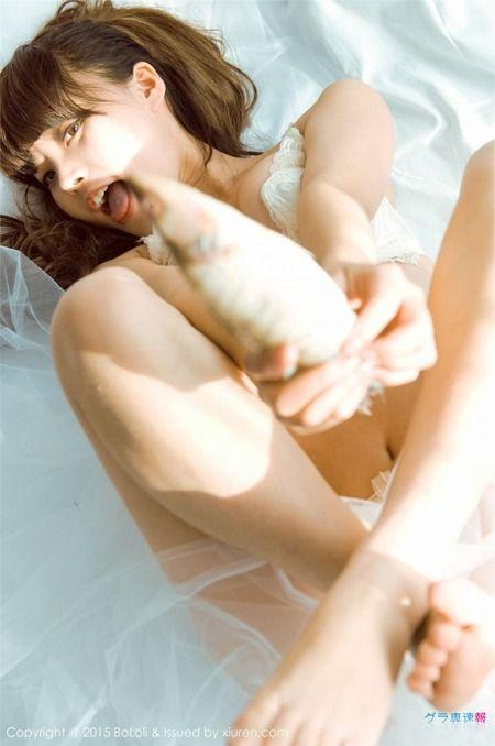 グラビアアイドルがブラジャーとパンツの下着姿で魚とたわむれてるエロ画像