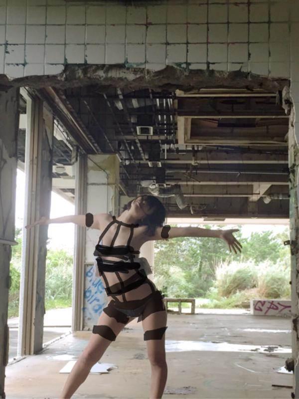 グラドル倉持由香のパンストOL姿でパンチラ、網タイツ、ブルマ体操服、裸にバスタオルエロ画像