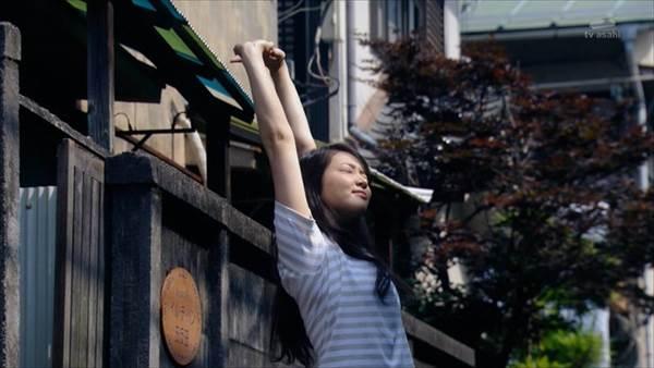 ドラマ「エイジハラスメント」でのOL姿の武井咲のなまめかしい生足・太もも画像