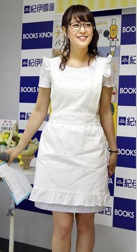 女子アナ鷲見玲奈のテレ東キャラナナナと純白エプロン姿で太もも画像