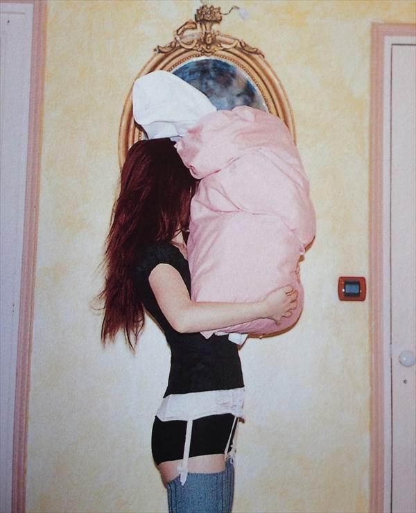 YUKIの透けてパンツ見えてる、ガーターベルトエロ画像