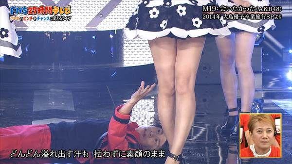 AKB48島崎遥香がスカートの中のパンツを覗かれてる画像