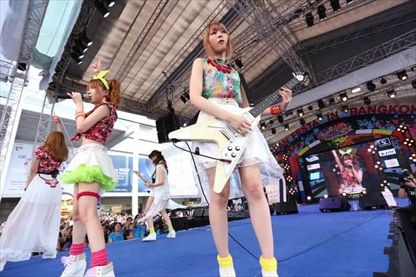 ℃-uteのミニスカートから見える太もも・生足画像
