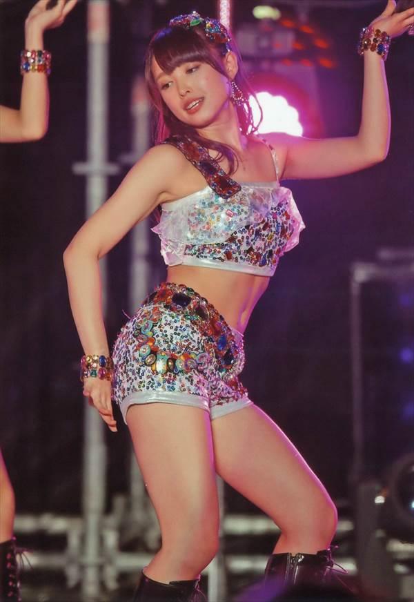 ℃-ute中島早貴の制服姿のミニスカートからパンツが見えそうな太もも・生足画像