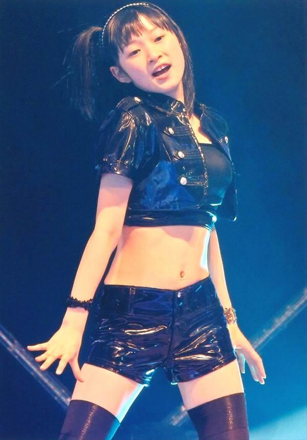 ハロー!プロジェクトのミニスカ衣装で体育座りしてパンチラしてるエロ画像