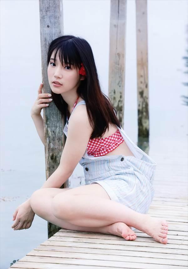 声優内田真礼の下着に見えるビキニ水着姿で横たわるエロい画像