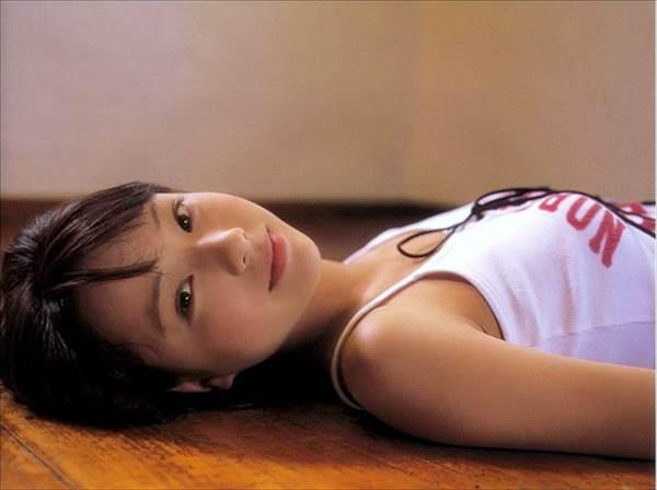 戸田恵梨香のみずみずしいエロい純白のビキニ水着画像