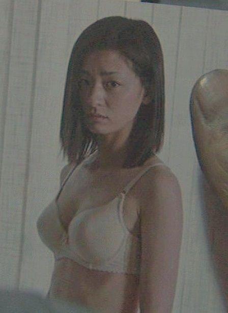 女優尾野真千子の濡れ場で全裸おっぱい乳首、ブラジャー見えエロ画像