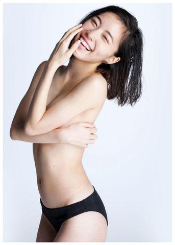 写真集『Jurina』で腕ブラ披露のSKE48松井珠理奈のビキニ水着画像、「かわいく撮るからと乗せられて、途中から脱いだ」