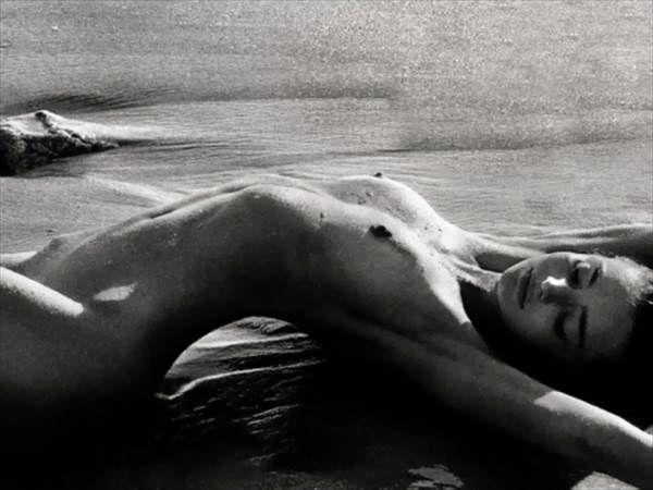 ミランダ・カーの裸にエプロンで胸の谷間、横乳見えエロ画像