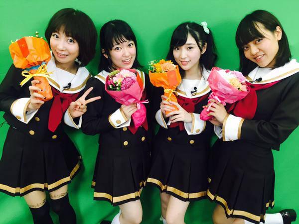 声優達の花束を手にミニスカ制服コスプレ画像