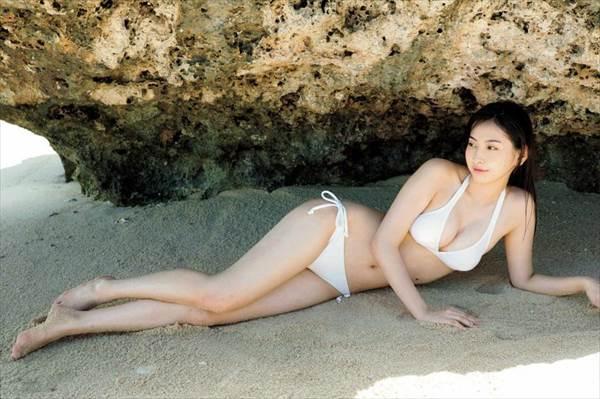 植村あかりの純白ビキニ水着姿で寝そべって胸元見えグラビア画像