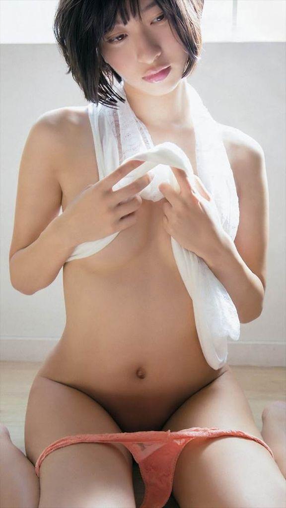 グラドル倉持由香の全裸にずれてるパンティー一枚で腕ブラ、半ケツエロ画像