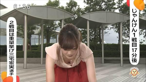 女子アナウンサーのタイトなスカートから黒パンチラ画像