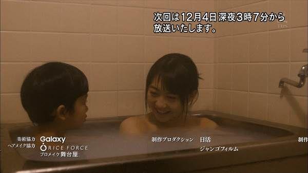 AKB48の白ニーソックスに縞々ビキニ水着画像