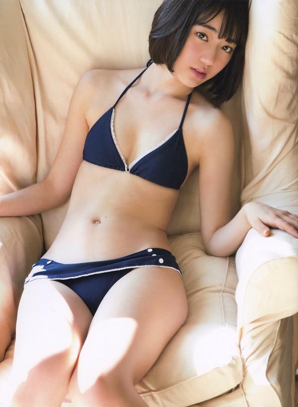 宮脇咲良のビキニ水着姿でソファーにくつろいでる画像