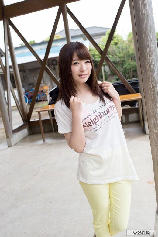 AV女優初美沙希のシャツをめくっておっぱい見せエロ画像