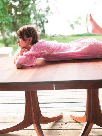 篠田麻里子が『週刊ヤングジャンプ』で「ラスト水着」と題した巻頭と巻末のグラビア画像